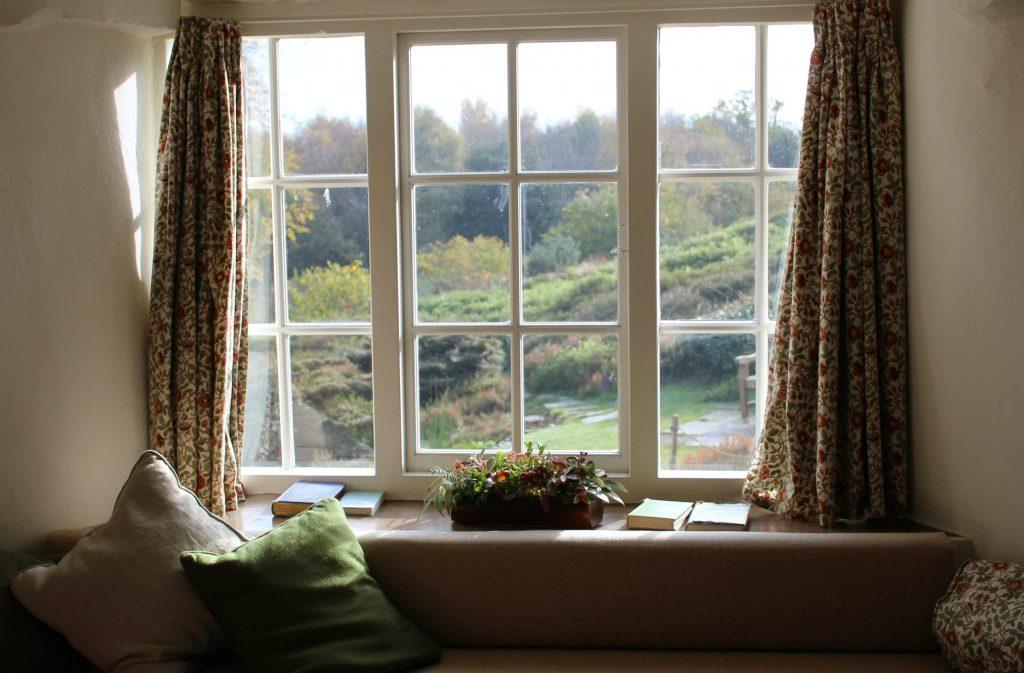 7 Non-Standard Ideas for Window Decoration